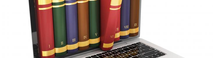 Bildmontage mit Büchern in einem Laptop-Bildschirm