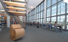 Lesesaal der Teilbibliothek Maschinenwesen mit Holzskulptur
